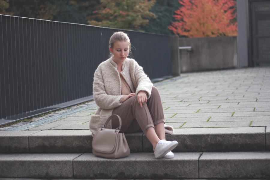 outfit autumn look beige coat trousers bag sneaker blog