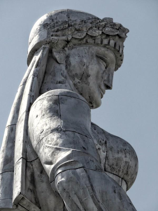Statua a Madre Georgia