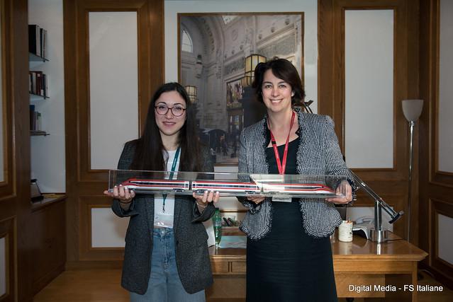 Chiara Fagioli, autrice dei disegni, e la Presidente del Gruppo FS Italiane, Gioia Ghezzi