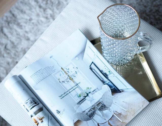 PB268408sisustuslehtiKultainentarjotin.jpg,PB268400avotakkalehti.jpg, avotakka magazine, finnish interior design magazine, sisustuslehti, inspiration, style, lifestyle, home, koti, inspiraatio, sisustaminen, kotoisa sunnuntai, cozy sunday, viikonloput, weekends, valkoine tarjotin, white tray, white roses, valkoisia ruusuja, lasikannu, kultareunainen lasikannu, alexan keittiö, alexas kitchen, valokuvat, pictures,