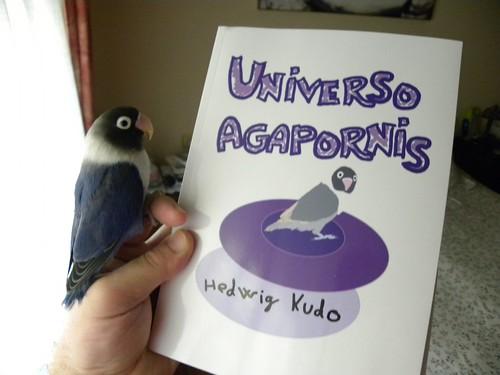 Javier Nuñez con el libro Universo Agapornis