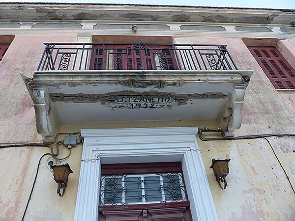 sous un balcon de halki