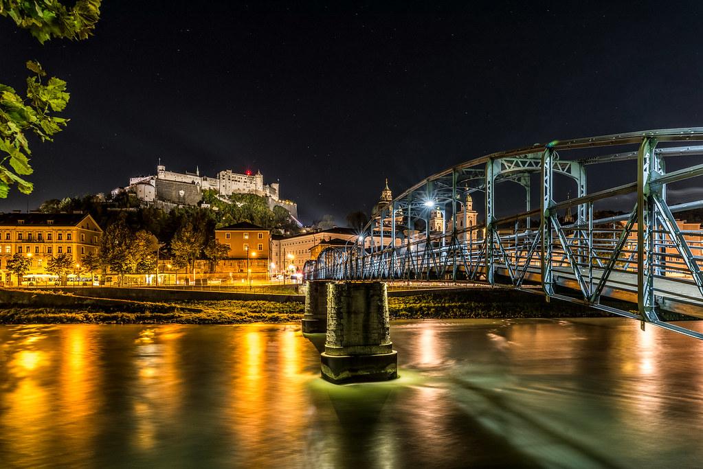 Mozartsteg und Hohensalzburg bei Nacht
