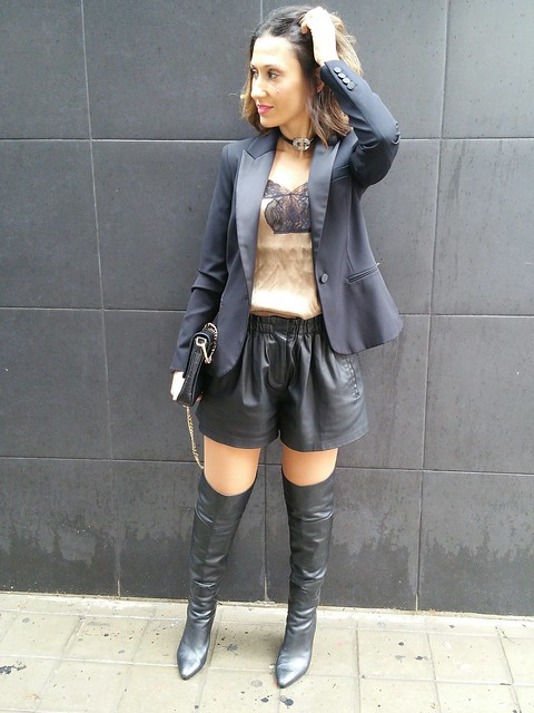 Sexy, short negro polipiel, botas mosqueteras negras, top lencero, blazer smoking, black faux leather shorts, musketeer black boots, lingerie top, smoking blazer, Zara, The Code, Uno de 50, Swarovski