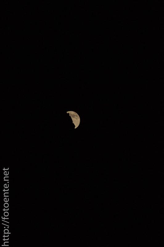 Mondaufgang hinter Berg