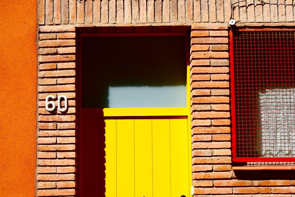 Découpe graphique et coloré dans les rues d'Horta à Barcelone.