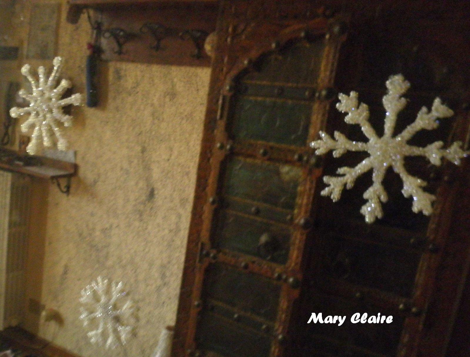 fiocchi di neve colla e brillantini su specchio