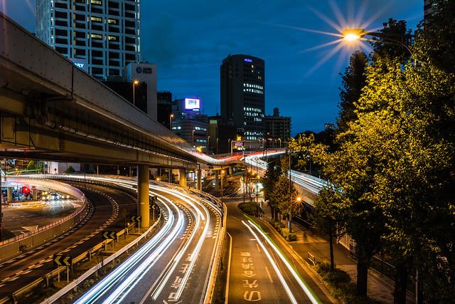 歩道橋の手すりに置いたカメラで撮影した夜景