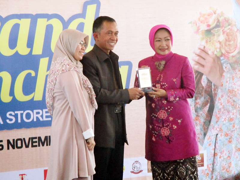 Penyerahan Plakat dari Owner Ethica Fashion kepada Wali Kota Cimahi Hj Atty di Grand Launching Ethica Store Cimahi | Hola Darla