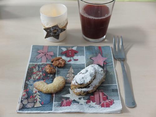 Gebrannte Mandeln, Vanillekipferl und Mini-Quarkstollen (bei Weihnachtsfeier im Büro)