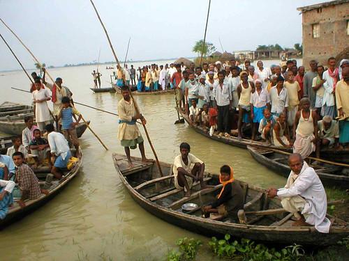 बिहार में बाढ़ से बेघर लोग