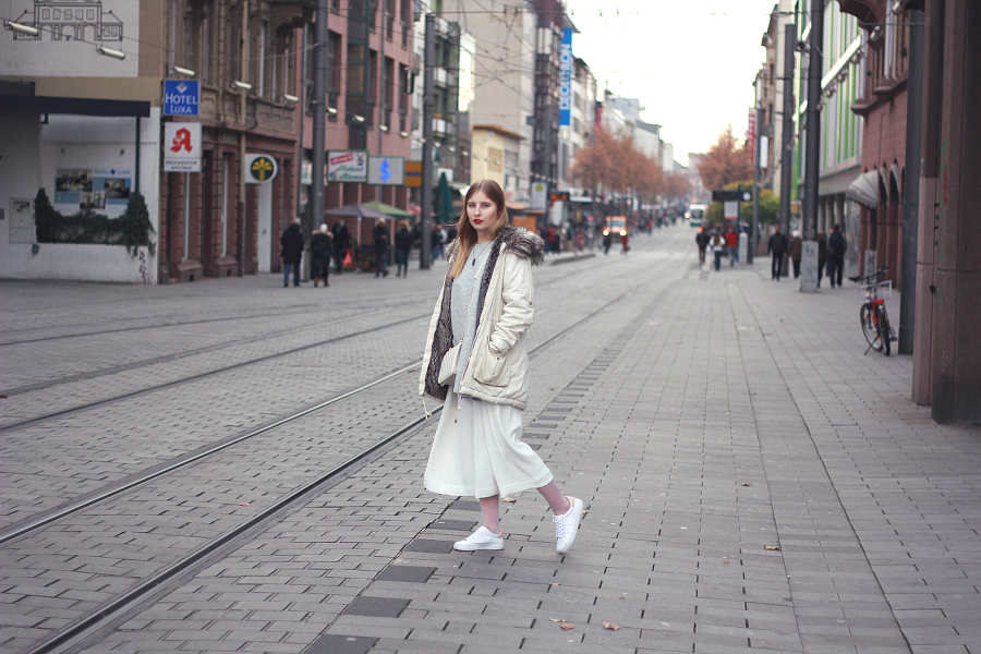 outfit weiße culottes winter tauglich mit socken pull&bear sneakern  h&m pulover und french connection parka