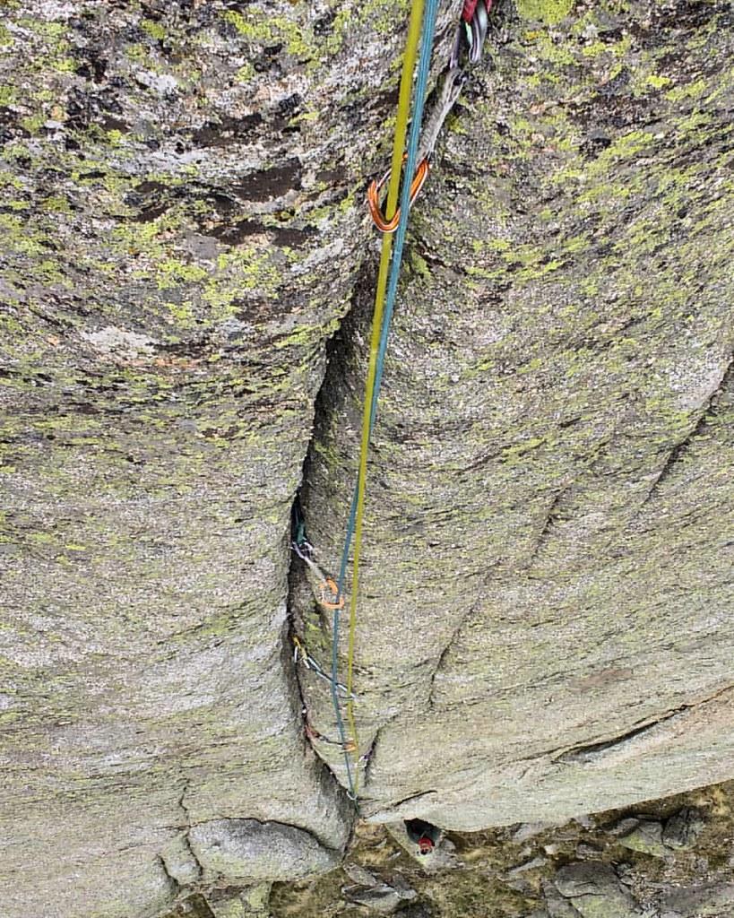 Muros del Caos 🗿💪 #supercrack #gredosalpino #fisura #torozo #gredos #escalada #climbing_pictures_of_instagram #rockclimbing #landscape #granito