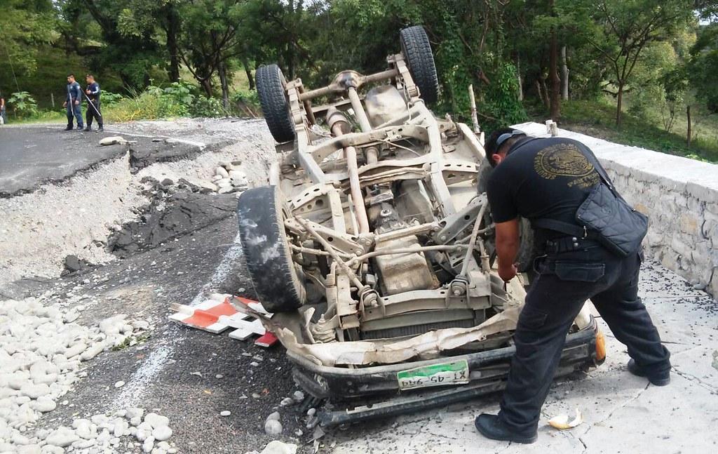 Se vuelcan por carretera en mal estado; 6 lesionados