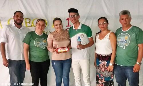 Prefeita Marfisa realiza entrega de kits para alunos que foram fazer o  ENEM