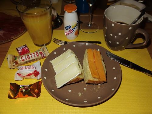 Camembert und Chili-Käse auf Maisbrötchen