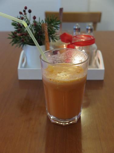 Frisch gepresster Apfel-Möhren-Saft mit Ingwer (in der Suppkultur-Filiale an der Hufschmiede in Minden)
