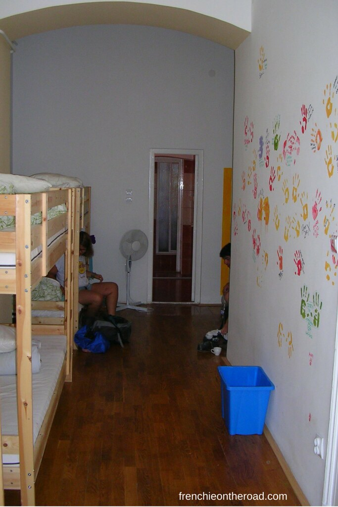 traveling-alone-loneliness-hostel-frenchieontheroad-frenchie-road