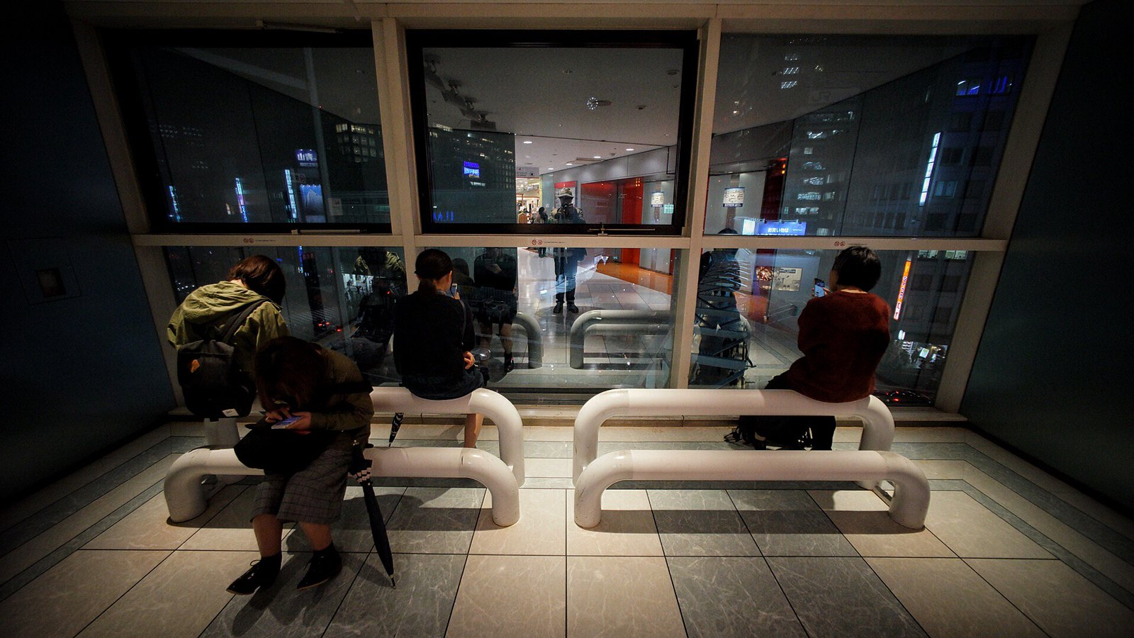 Waiting #Tokyo #Voigtlander12mm #SonyA7 #foto #japan15 #Shinjuku