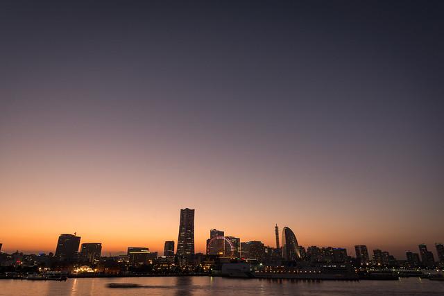横浜・大桟橋から見るマジックアワーの横浜