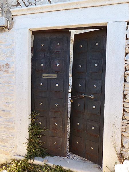 Porte entrouverte à Apiranthos 450