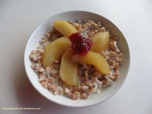 Dinkelmilchreis mit Apfelkompott und Preiselbeermarmelade
