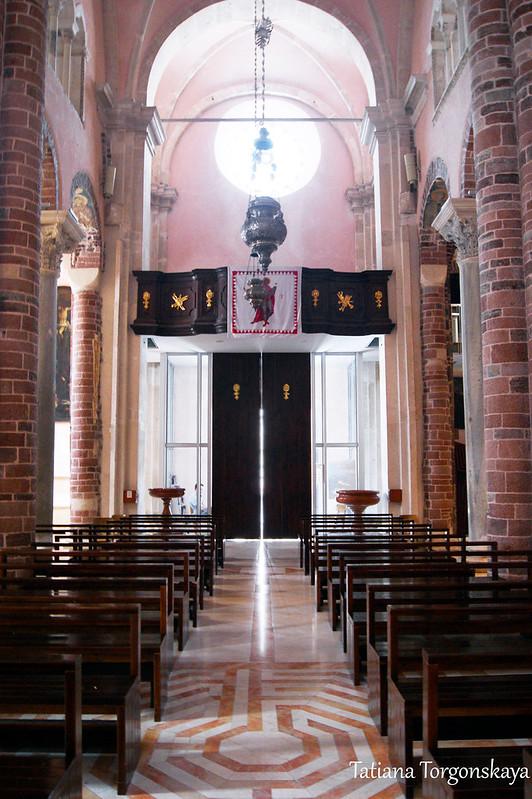 Вид в сторону центральных дверей