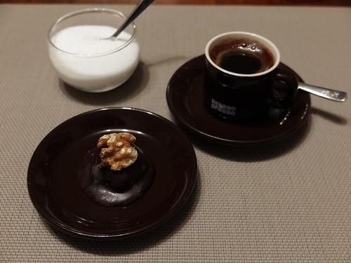 Marzipan-Aprikosen-Praline zum Instant Espresso