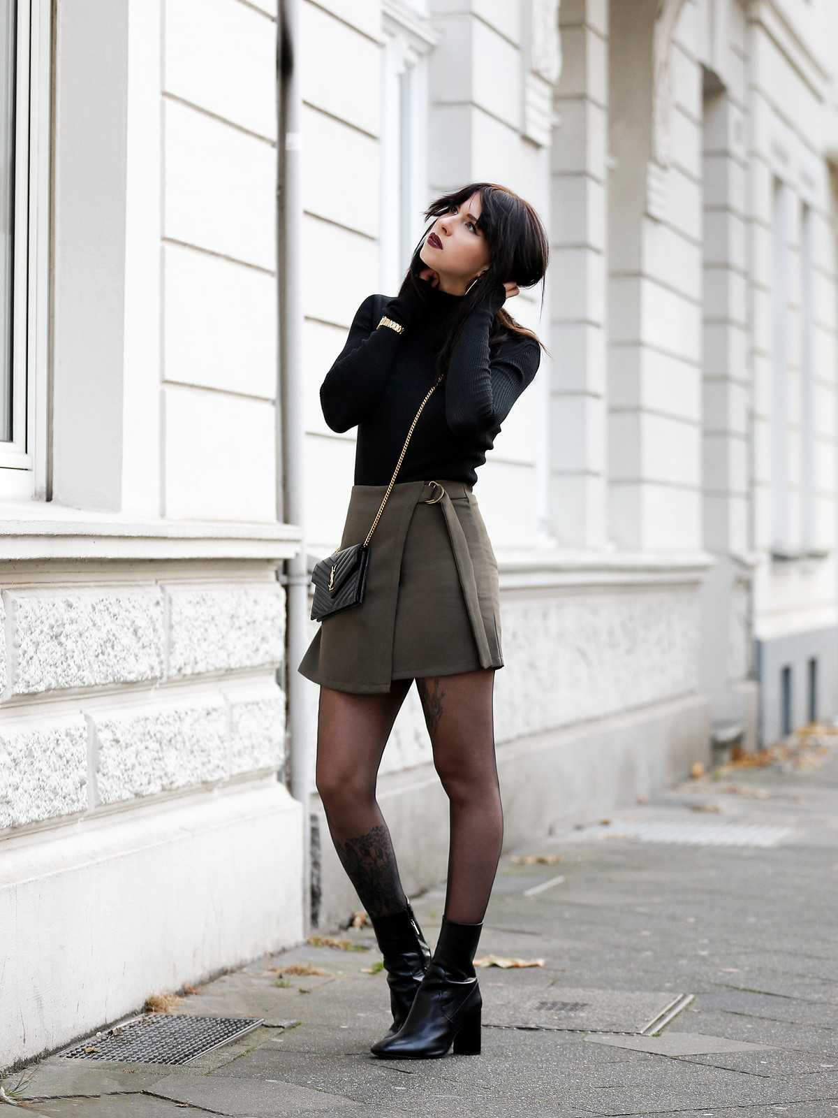 ootd outfit look magazine style mag fashion fashionblogger autumn gothic look black lips dark turtleneck golden watch ysl saint laurent paris bag mini skirt legs boots bangs brunette parisienne modeblogger düsseldorf berlin cats & dogs ricarda schernus 6