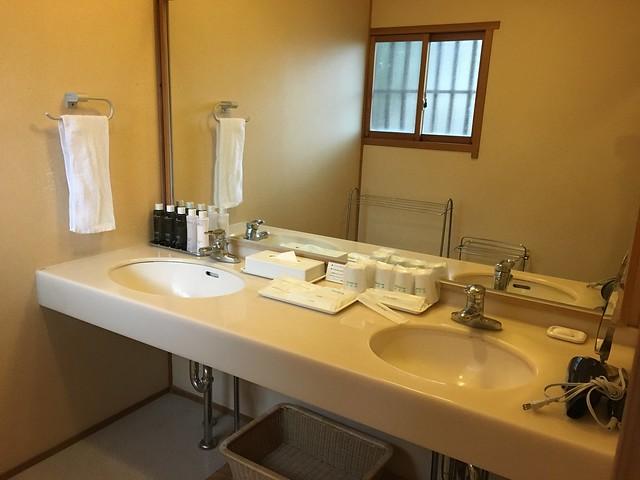 洗手台上有資生堂 (SHISEDO) 的基礎保養品,化妝水、乳液等等