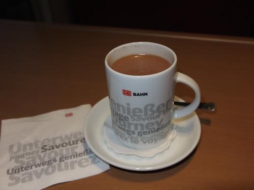 Heiße Schokolade im Bistro des IC von Osnabrück nach Hannover