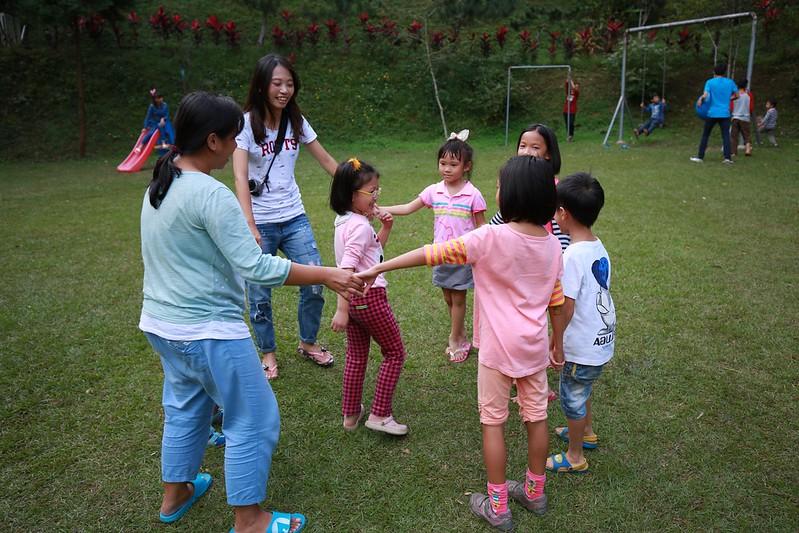 大草地的兒童區在玩荷花幾月開