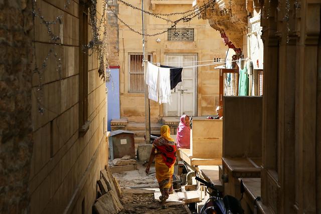 Small alley in residential area, Jaisalmer, India ジャイサルメール、住宅街の生活感ある路地