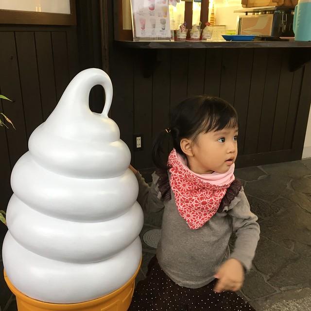 執意要和霜淇淋合影的孩子