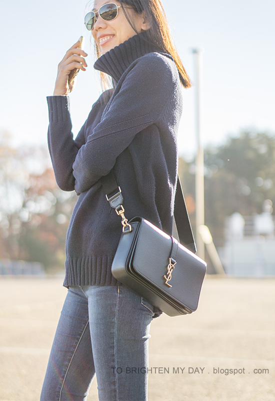 navy turtleneck tunic sweater, black crossbody bag, skinny jeans