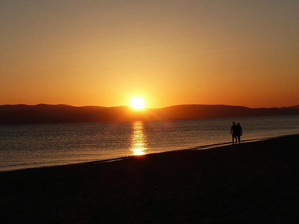 fabuleux coucher de soleil depuis Plaka Beach