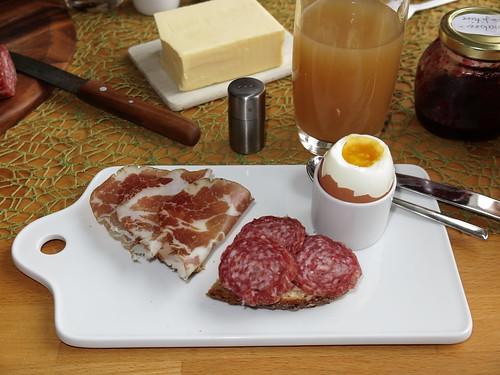 Coppa und Stracke auf Dinkelbrot zum Frühstücksei