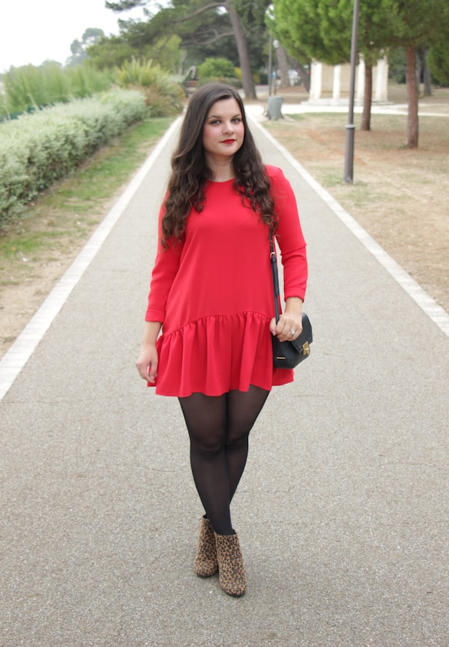 Un look d'enfer : Combishort rouge et bottines sixties léopard