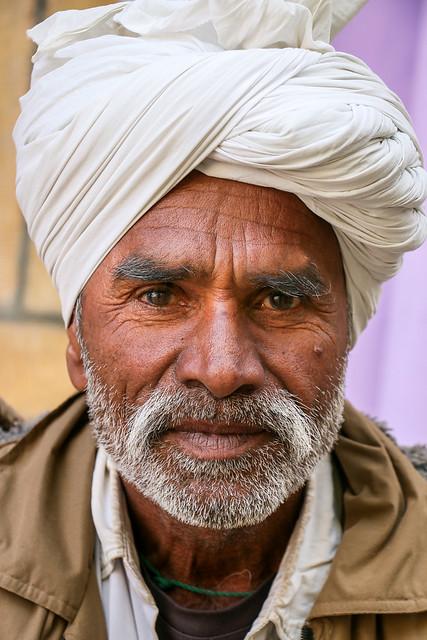 Turbaned man in Jaisalmer, India ジャイサルメール 白ターバンのおじさん