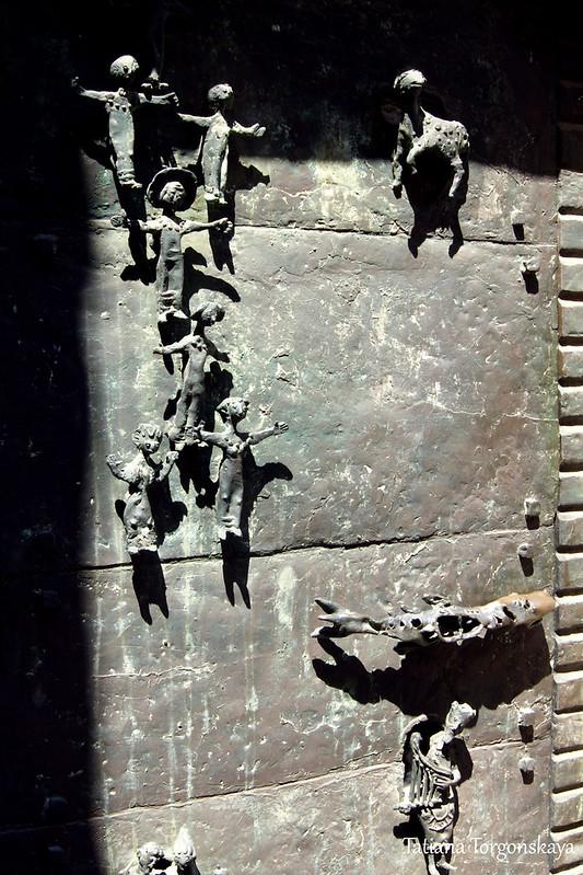 Дверь в церкви Мадонны