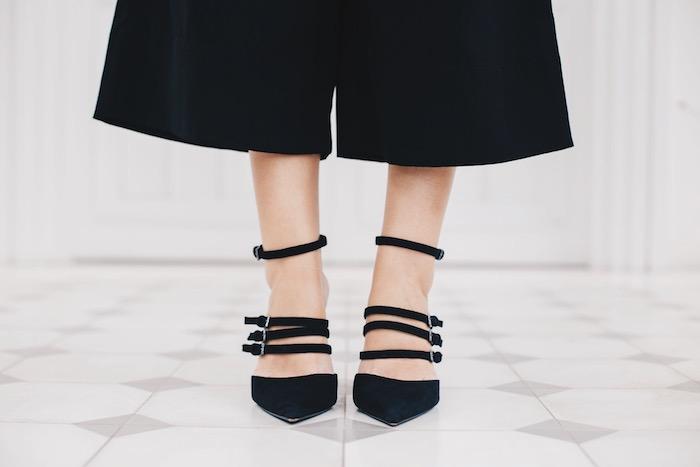 zapatos negros con tiras