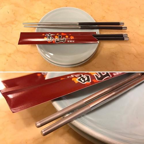 20161130 幾天沒有來這家店吃飯,已經從免洗筷換成這新的筷子!
