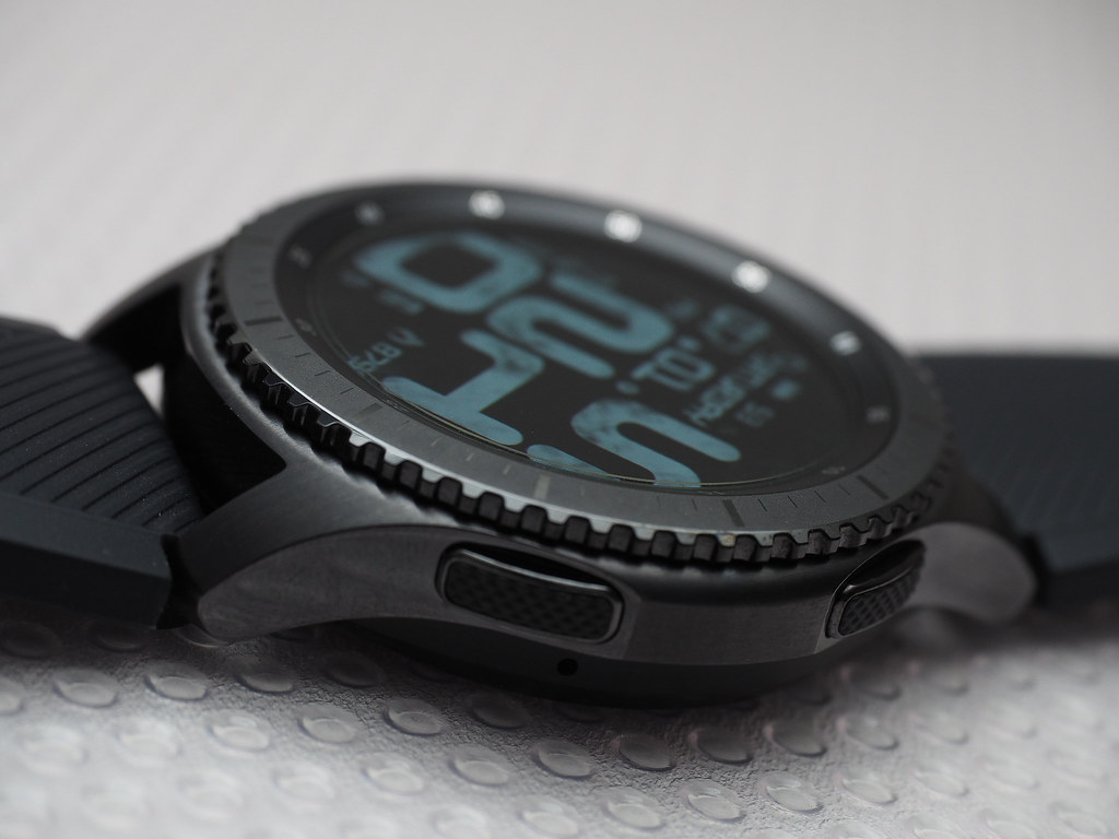 Samsung Gear S3 Frontier Bezel and buttons. Watch face: Smotikal 12H.