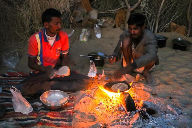 Baking chapati for dinner at camel safari, Khuri sand dunes near Jaisalmer, India ジャイサルメール、クーリー砂丘 砂漠ツアーで夕食のチャパティを焼くスタッフ