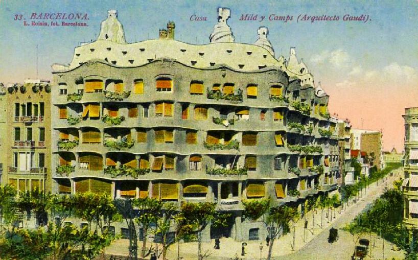 Ancienne carte postale de la Casa Mila à Barcelone.