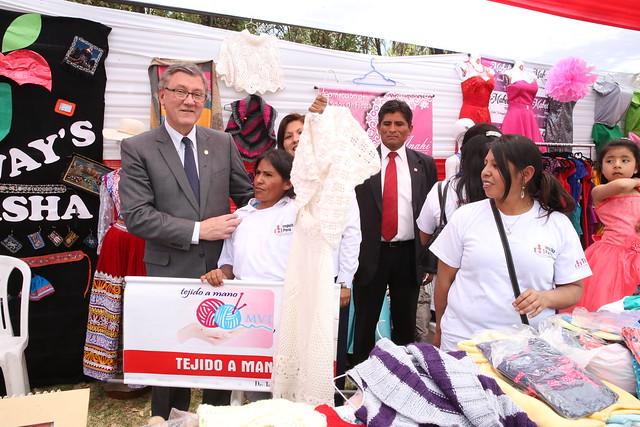 21.10.2016 Ministro Grados entregó certificados de competencias laborales a emprendedores de Arequipa.