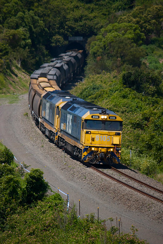 8105, 8165 on 9329 @ Loves Bay (Kiama) | by werriscreek