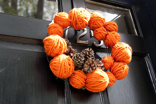 Yarn ball and pinecone wreath | by DIY Del Ray