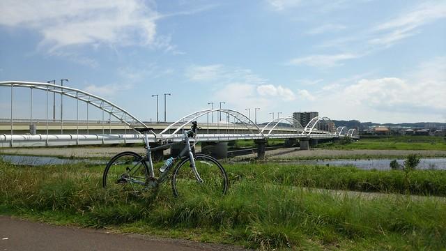 多摩川原水道橋をバックに