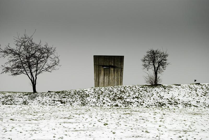 Dans l'ancien camp de Plaszow, le dos du monument dédiée aux victimes du fascisme, oeuvre de Witold Cęckiewicz. Photo de stephen frith @ Flickr.